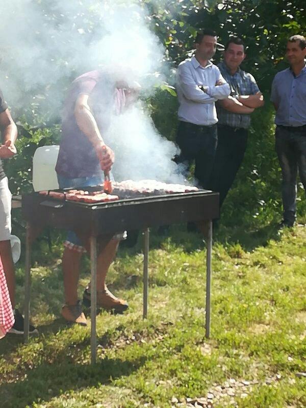 Primarul și viceprimarul comunei Cristești alături de micii pe care i-au oferit în zi de post.