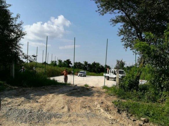 Constructori lucrând în zi de mare sărbătoare la terenul de sport al Primăriei comunei Cristești