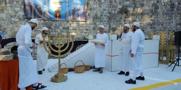 Pâini ceremoniale speciale sunt aduse drept jertfă de către Kohanim (preoţi). (mulţumire Sanhedrinului pentru foto)